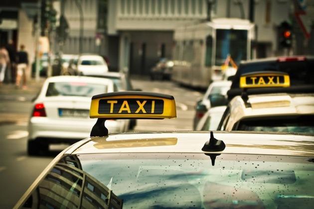 Таксист не дождавшись пассажира и позвонил в дверь. Произошедшее далее, изменило его жизнь навсегда!