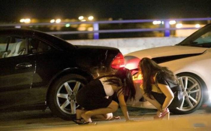 30 фото о непростых взаимоотношениях женщин с автомобилями