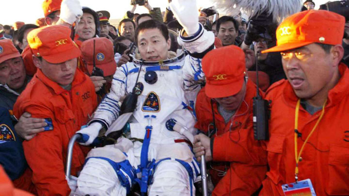 Этот китайский космонавт, вернувшись на землю принес ошеломляющее известие…