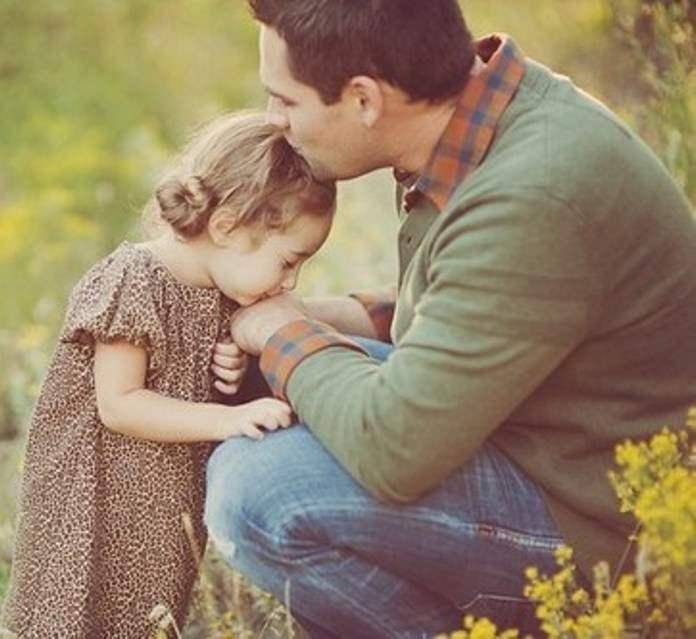 Она подумала, что дочка помыкает своим папочкой. Но ответ мужчины ей никогда не забыть!