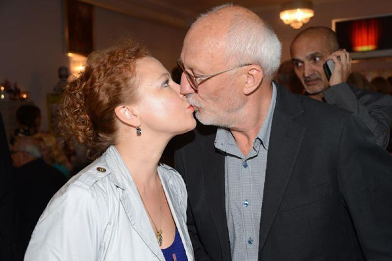 70-летний Юрий Беляев на новых снимках выглядит точно ровесник 43-летней Татьяны Абрамовой