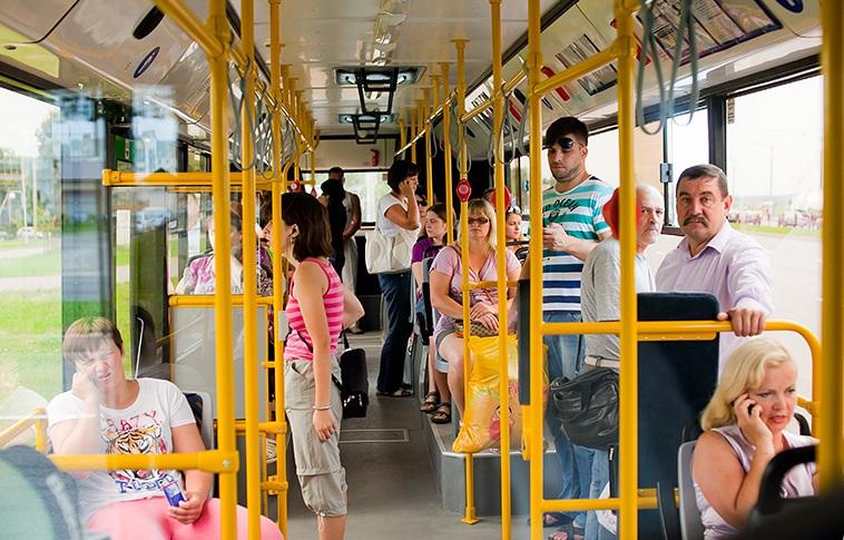 Мамаша в автобусе попросила уступить место своему сыну. Ответ девушки поставил ее в тупик