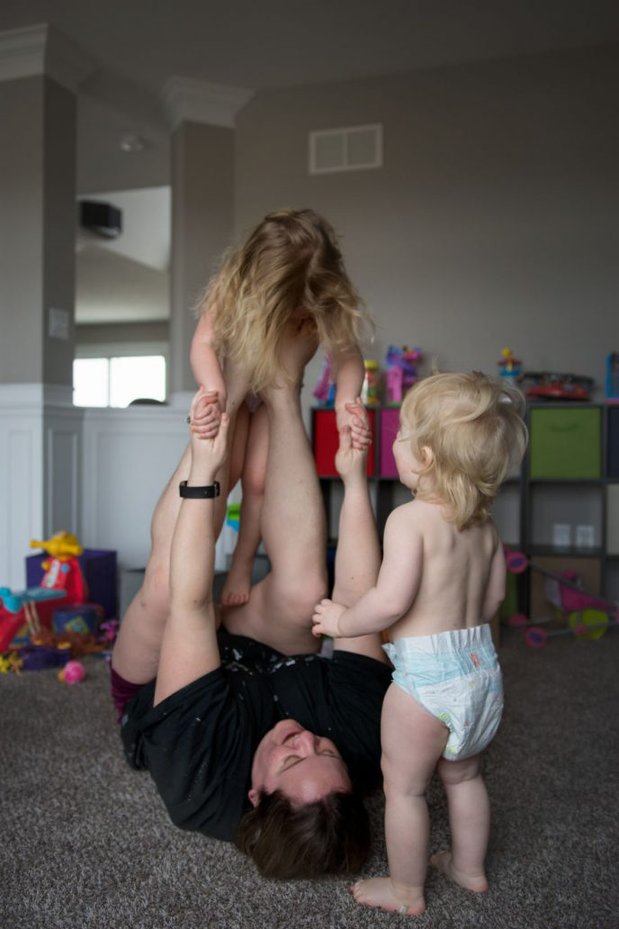 Фотограф откровенно показала, каково быть матерью. И это не то, что мы привыкли видеть раньше!