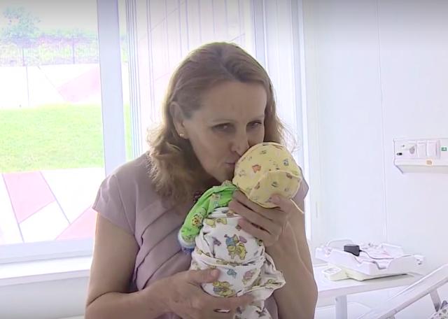 В 51 год она родила тройню. Теперь молодую маму осуждает весь Интернет!