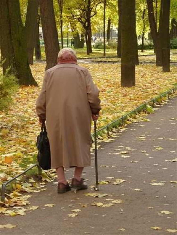 Лишняя старуха. Баба Люда уже отметила свои 78 лет. Пришли подруги Тамара и Нина, а больше у нее никого нет.