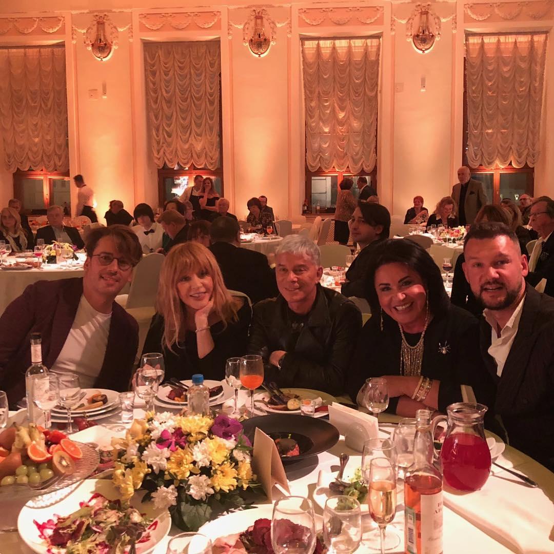 Затмила всех и подарила кольцо: Алла Пугачева в роскошном платье от души повеселилась на юбилее Муравьевой