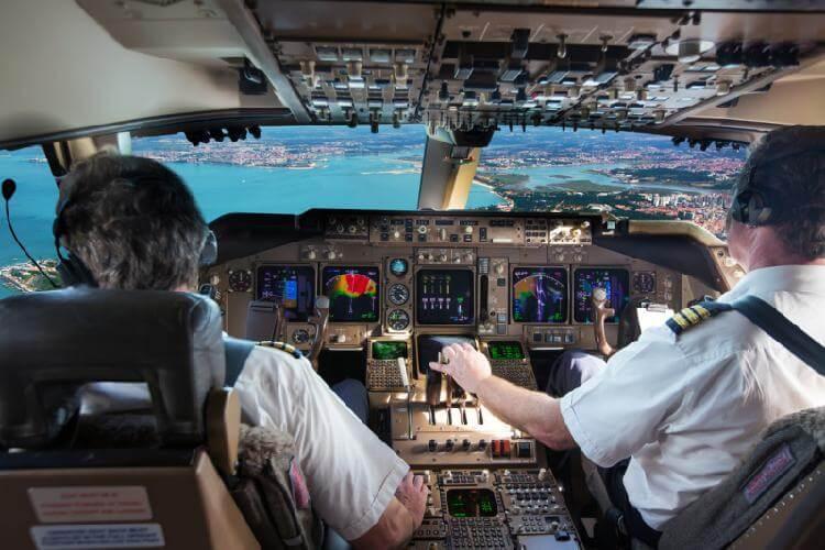 Почему пилотам нельзя иметь бороду? Этот и еще несколько интересных фактов об авиации