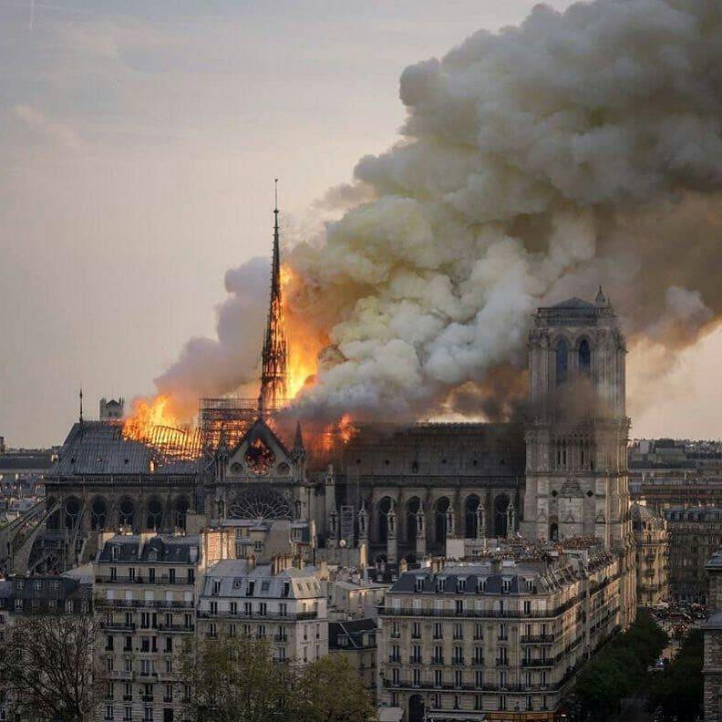 Языки пламени в сердце Франции: что известно о катастрофе в Нотр-Даме