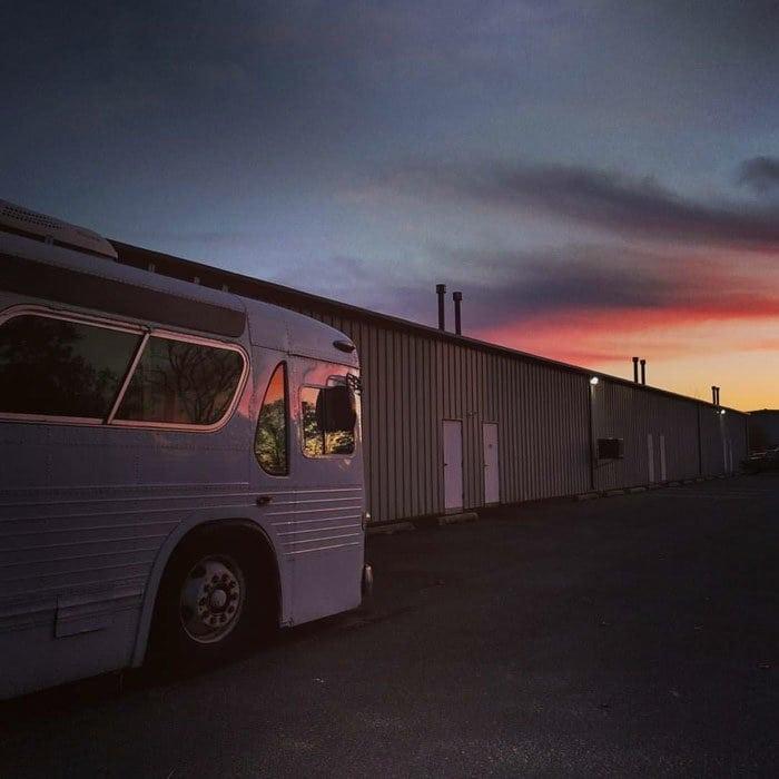 Девушка купила старый автобус и превратила его в роскошный дом на колесах