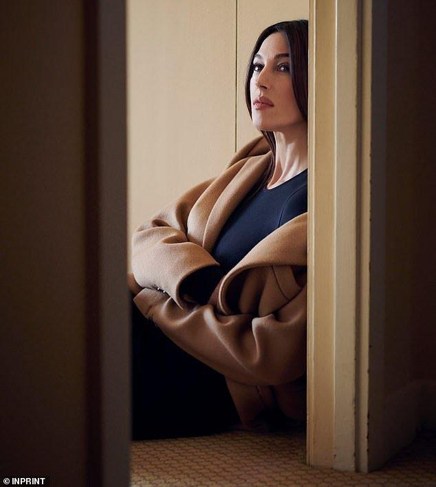 «Чистый восторг»: 54-летняя Моника Беллуччи покорила элегантностью в новой фотосессии