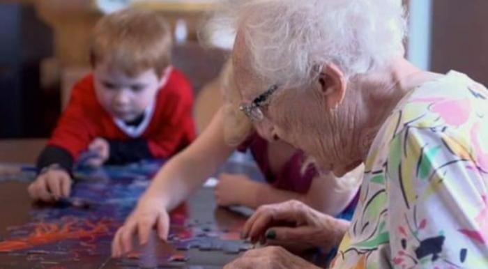 Гениальная идея: в Канаде соединили «Дома престарелых» с «Детскими приютами»