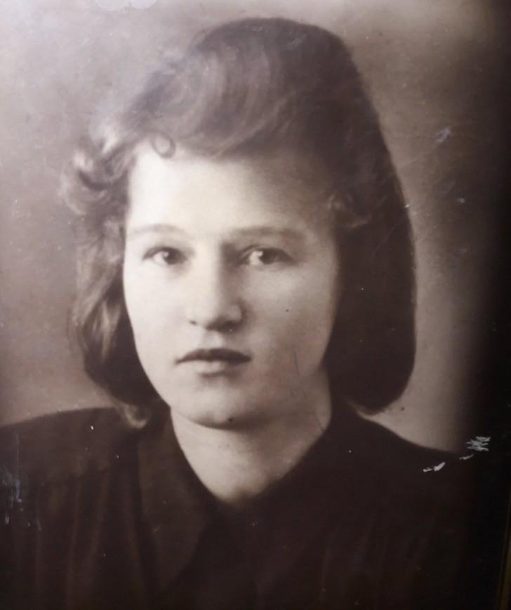 Пользователи сети поделились фотографиями мам и бабушек в молодости