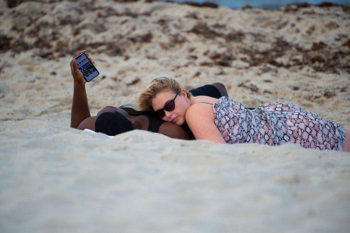 Папарацци удалось сделать снимки модели плюс-сайз на пляже… интернет в восторге от ее тела