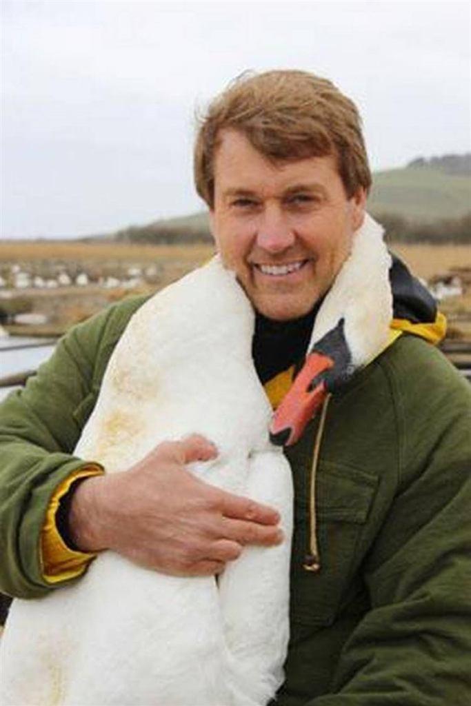 Мужчина спас дикого лебедя, и в качестве благодарности тот не прекращает обнимать своего спасителя