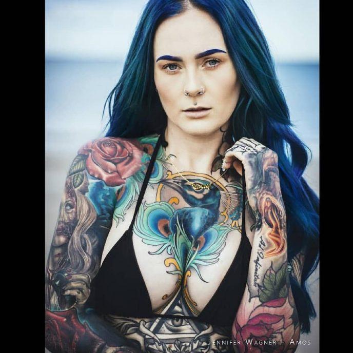 Из-за татуировок эту девушку не пускают даже в ресторан и косо поглядывают