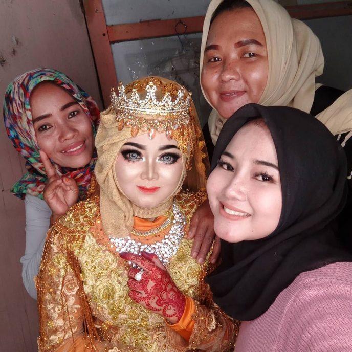 Индонезийский визажист делает макияж невестам. Но лучше бы не делала…