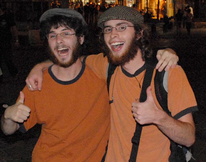 18 незнакомцев, которые оказались похожи друг на друга как две капли (18 фото)